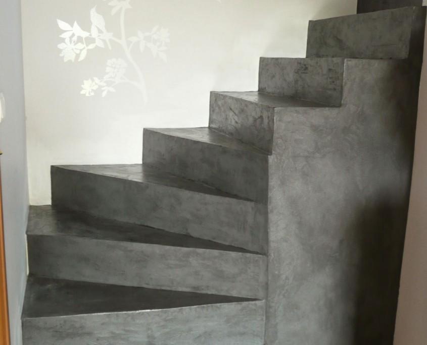 sol et escalier b ton cir unifient l 39 espace. Black Bedroom Furniture Sets. Home Design Ideas