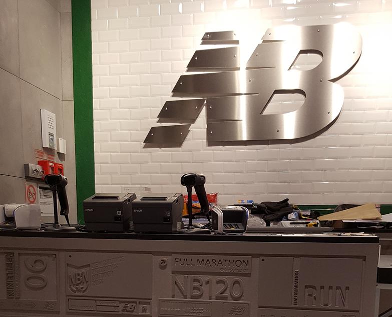 New Balance fait confiance à Quand les Filles sen mêlent! pour ouvrir son 1er magasin avec un sol en béton ciré