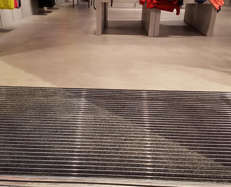 New Balance Premier magasin sol en béton ciré Les Halles Canopée et tapis d'entrée
